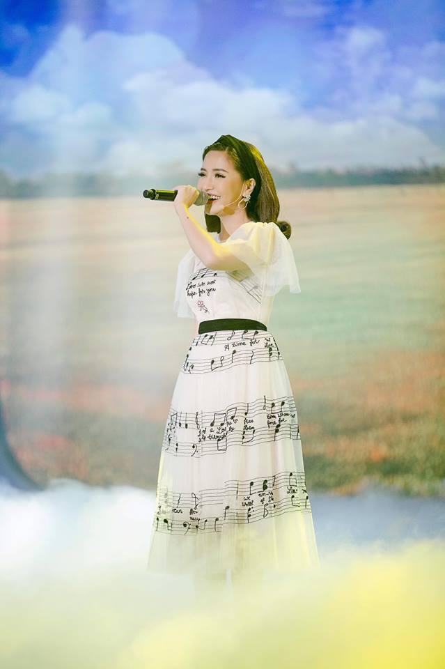 Bích Phương trẻ trung với váy trắng in họa tiết nốt nhạc