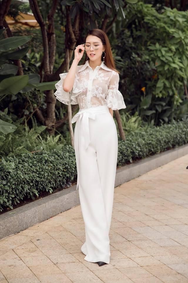 Tường Linh luôn ưu ái những bộ trang phục trắng tinh khôi và được thiết kế duyên dáng