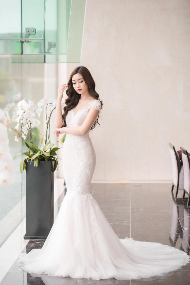 Những độ đầm dài khoe được vai trần và đôi chân nuột nà cũng giúp Mỹ Linh tôn lên được vẻ đẹp của mình