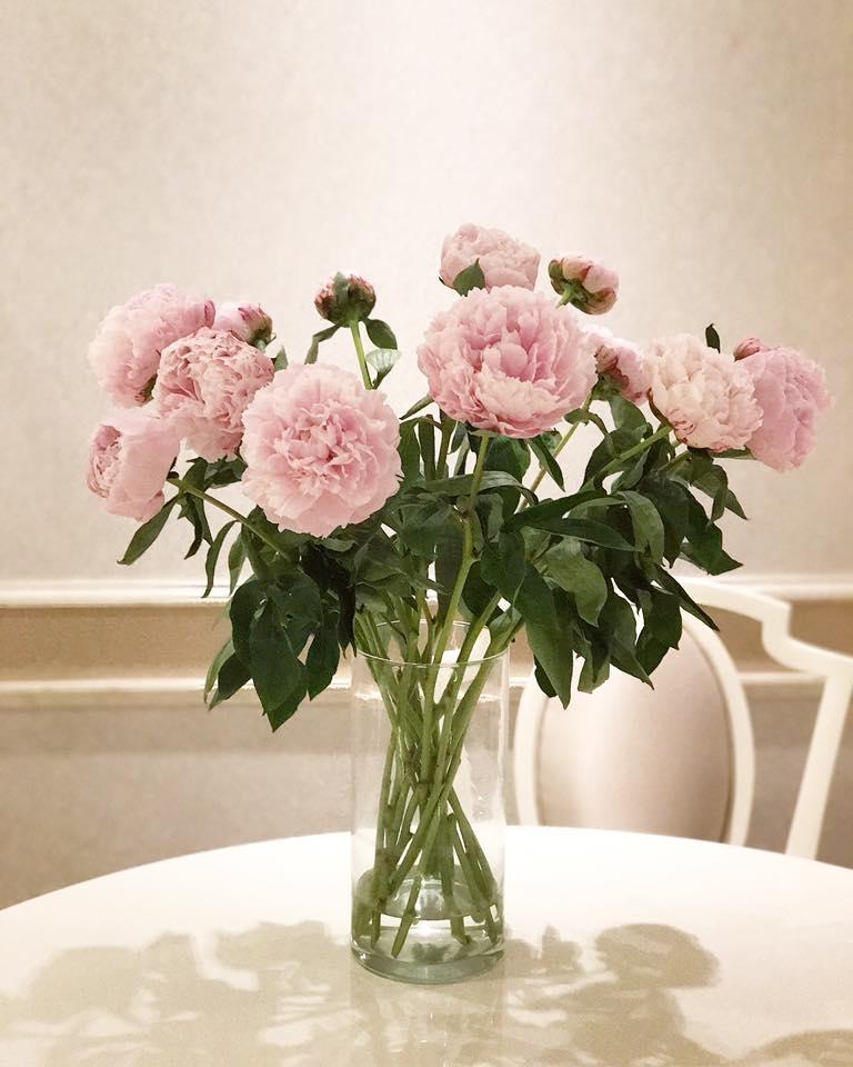 Chỉ cắm một loại hoa trong một chiếc bình duy nhất, cách thức giúp Phạm Hương tiết kiệm thời gian