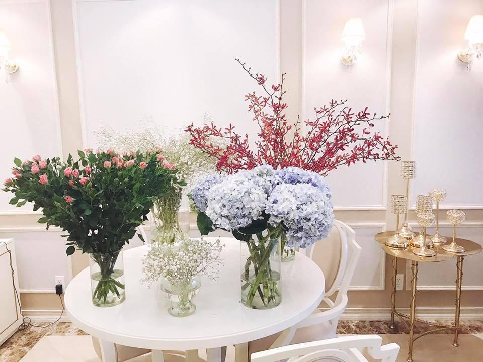 Hoa hậu Phạm Hương luôn chọn những loại hoa có màu sắc kiểu pastel hoặc tông đỏ để trang trí căn nhà của mình