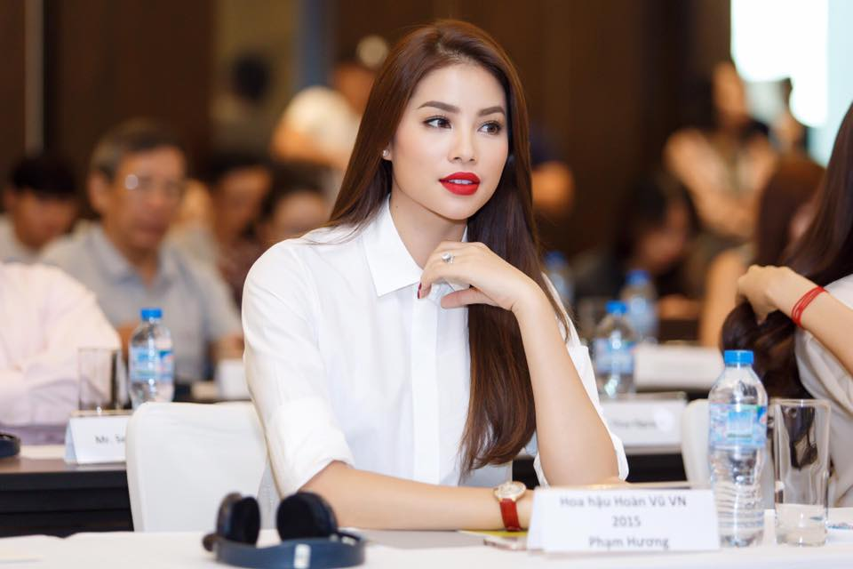 Hoa hậu Phạm Hương vô cùng giản dị với áo sơ mi trắng