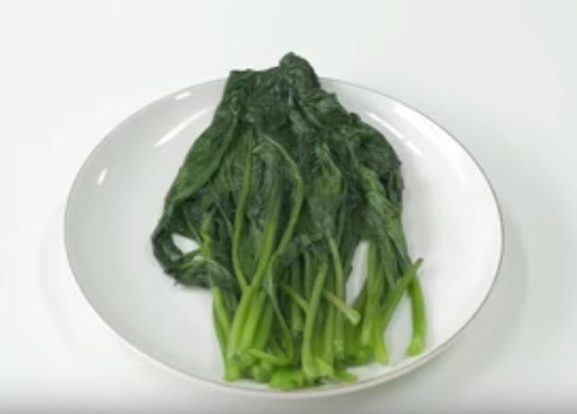 Các công đoạn luộc rau cải ngọt bằng lò vi sóng