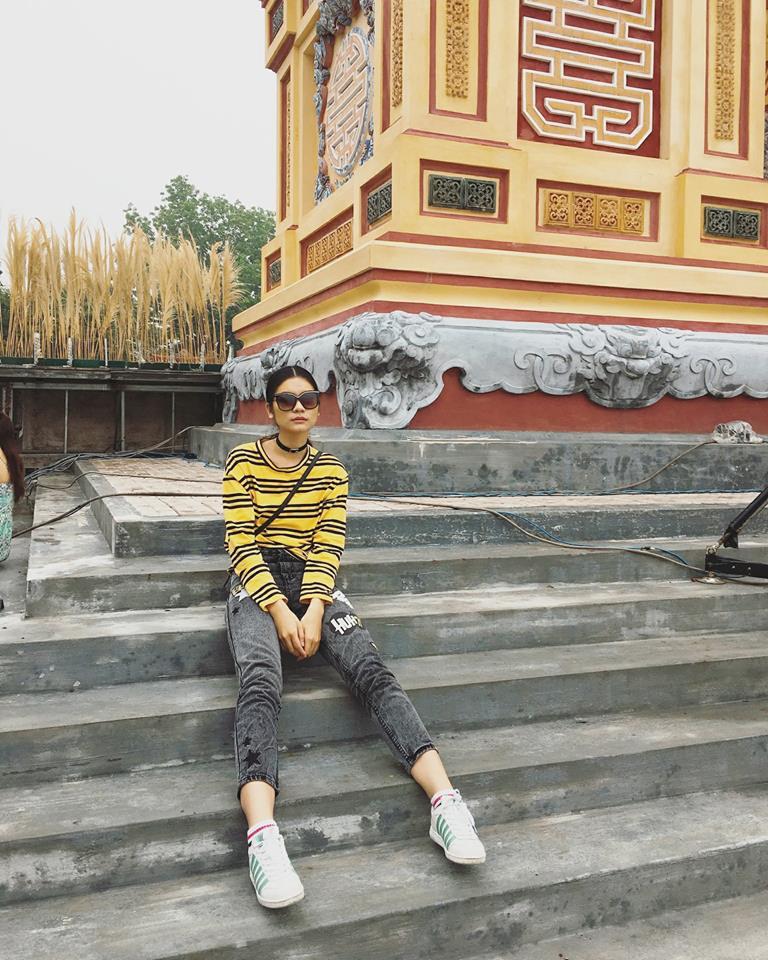 Kim Dung đơn giản với áo pull kẻ vàng cùng jean và sneaker năng động
