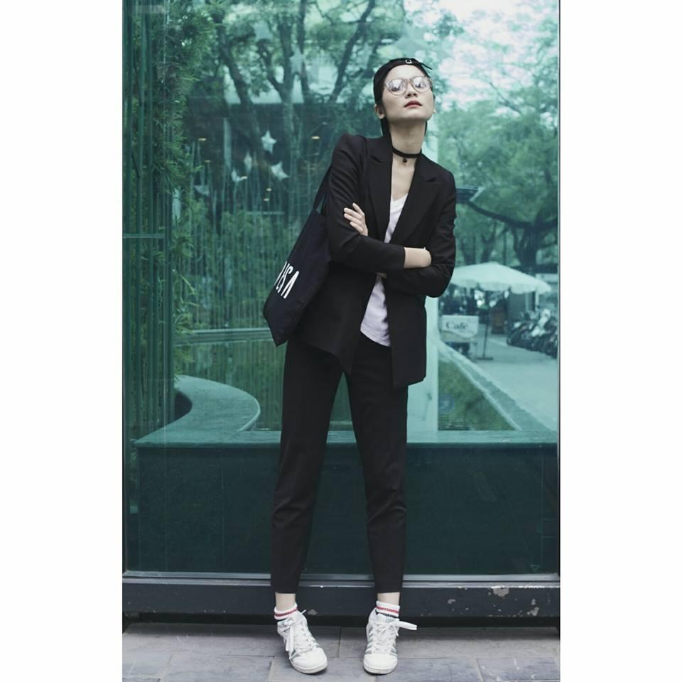 Diện blazer và quần baggy thanh lịch nhưng Kim Dung lại mix với sneaker cá tính