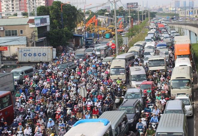 Số lượng xe ô tô vào trung tâm TP.HCM ngày càng nhiều, gây ách tắc giao thông
