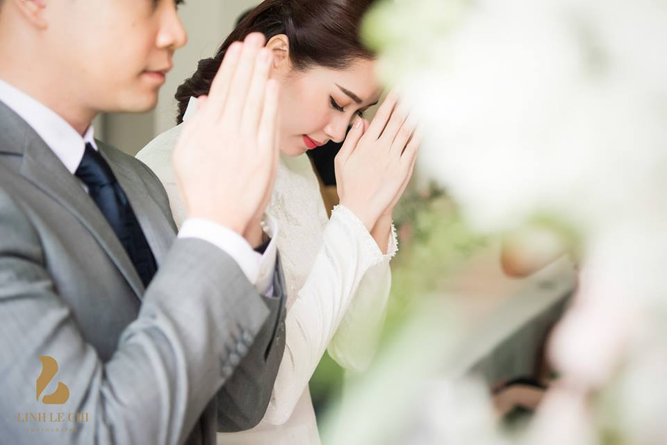 Đặng Thu Thảo và chồng sắp cưới làm lễ trước bàn thờ tổ tiên