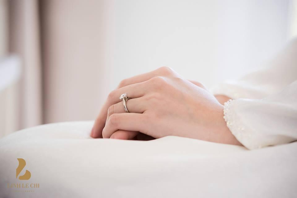 Chiếc nhẫn cưới lấp lánh trên tay Hoa hậu Đặng Thu Thảo