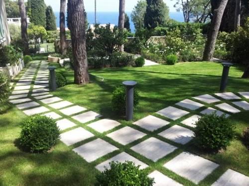Lát đá sân vườn khiến khu vườn trở nên lạnh lẽo hơn vào mùa đông