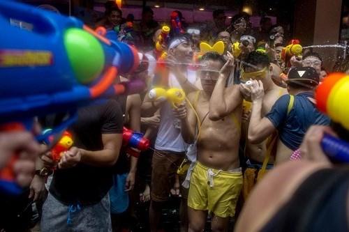 Mọi người tham gia lễ hội té nước để rửa sạch tất cả những điềm xấu và đón chào một năm mới