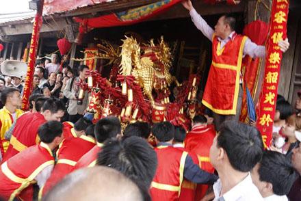 Trong khi các cụ làm lễ, đám thanh niên trai tráng các làng được tập hợp lại và sẵn sàng rước tràng và quả về gian đình.Ảnh Newszing