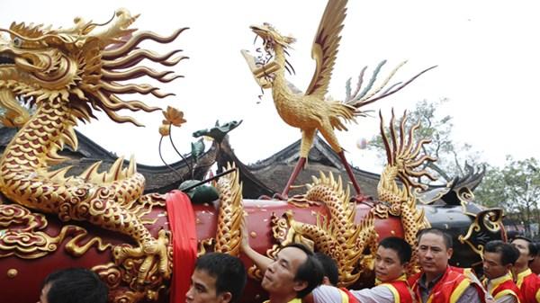 Lễ hội rước pháo được khuấy động bằng những tiếng hô lớn thay cho tiếng pháo. Ảnh Newszing