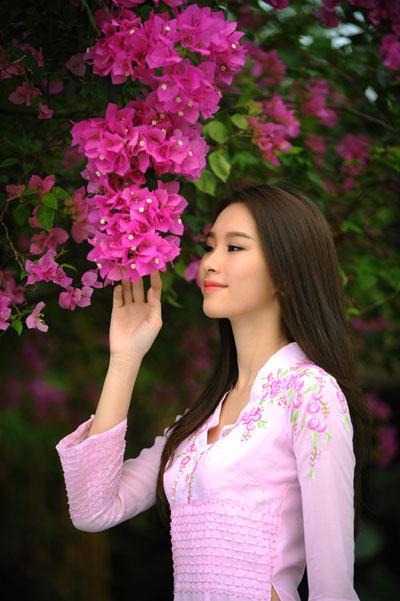 Màu hồng cánh sen của trang phục tôn thêm nét xuân thì cho người mặc.