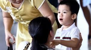 Cậu bé thừa hưởng các nét đẹp từ cả bố và mẹ