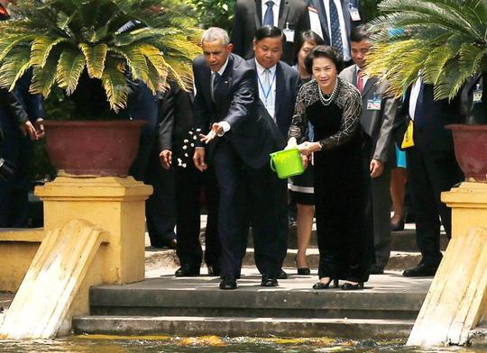 Tổng thống Obama đến Việt Nam: Lộ diện người xách vali hạt nhân
