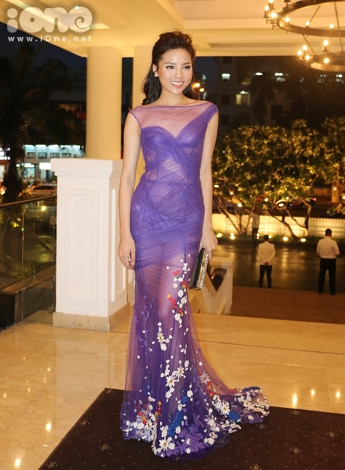 Hoa hậu Kỳ Duyên 'đọ sắc' bên Hoa hậu Pháp với đầm voan xuyên thấu