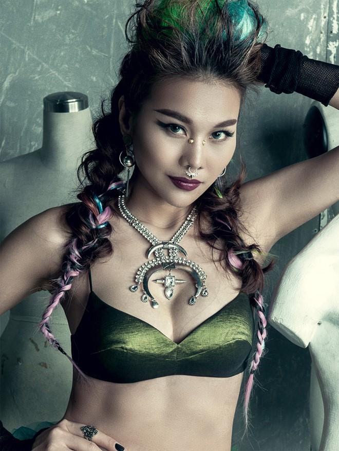 Siêu mẫu Thanh Hằng khác lạ với phong cách trang điểm và làm đẹp 'hầm hố'.
