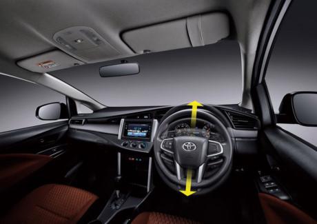 Xe trang bị hệ thống điều hòa tự động, camera lùi, chìa khóa thông minh và khởi động bằng nút bấm.