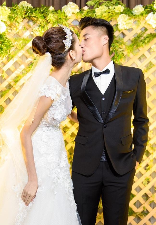Cả hai trao cho nhau nụ hôn say đắm.