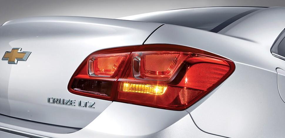 Thiết kế đuôi xe mới thể thao hơn và sang trọng hơn với viền crôm.