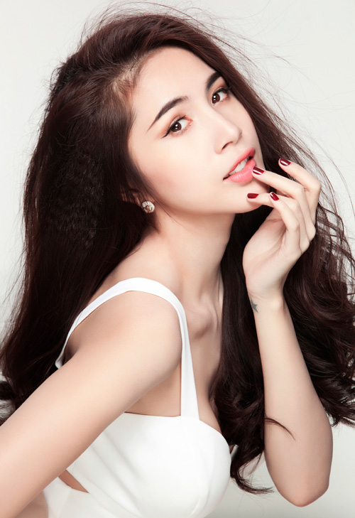 Thủy Tiên tên thật là Trần Thị Thủy Tiên, cô sinh ngày 25/11/1985.