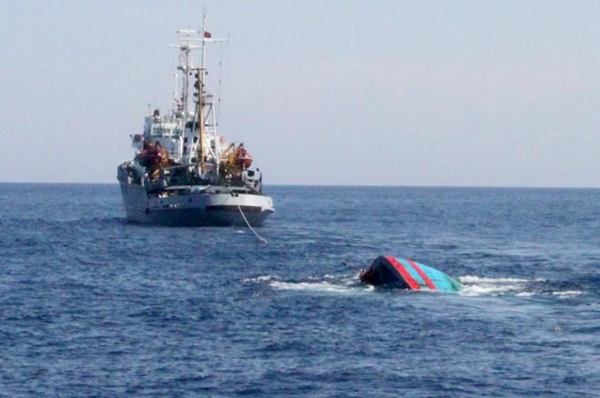 Vụ tàu cá Việt Nam bị tấn công: Đã giải cứu được 5 ngư dân văng xuống biển