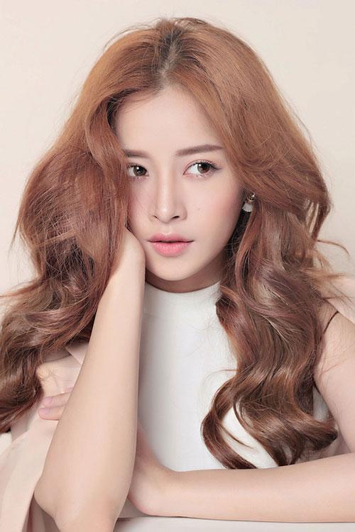 Kể từ khi xóa mác hot girl, Chi Pu trưởng thành hơn hẳn về diện mạo. Cô lựa chọn những kiểu tóc già dặn hơn.