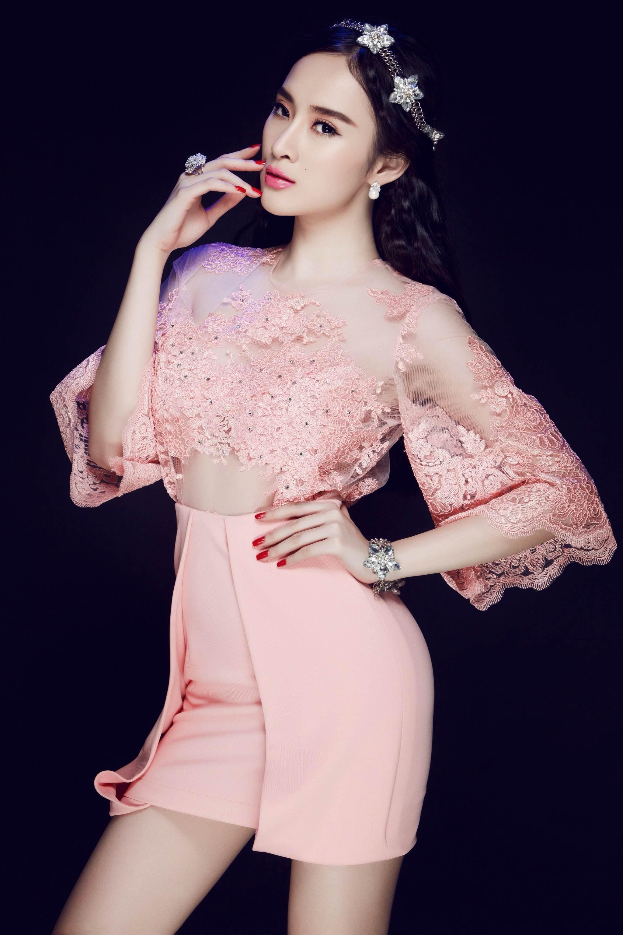 """Tuy nhiên, sau một thời gian bị cấm diễn do hở bạo trong quán bar, Angela Phương Trinh đã trở nên """"ngoan hiền"""" hơn, các trang phục của người đẹp diện khá kín đáo nhưng trong kém phần quyến rũ, trẻ trung và hợp tuổi."""