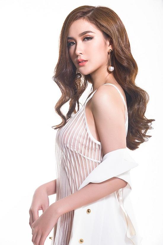 Không chỉ khoe dáng nóng bỏng, gương mặt cuốn hút của Ngọc Loan cũng giúp cô thêm phần nổi bật trong những shoot hình mới nhất.