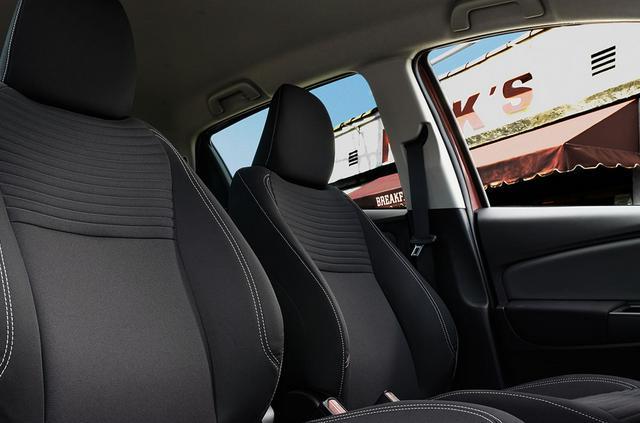 Nhờ có kích thước tổng thể lớn nên không gian hàng ghế phía sau của xe rất rộng rãi cả ở phần để chân và phần không gian trần xe.