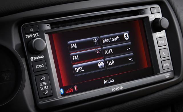 Cả hai phiên bản của Toyota Yaris 2016 đều được tích hợp hệ thống nghe nhìn AM/FM, hệ thống nghe nhạc có các định dạng như MP3, WMA/AAC cùng với các kết nối như USB, AUX, Bluetooth giúp người dùng có thể kết nối với các thiết bị di động một cách dễ dàng.