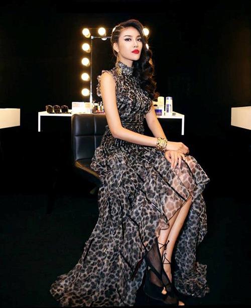 Khoác lên mình trang phục từ những thương hiệu hàng đầu thế giới, Lan Khuê lột xác trở thành một trong những người đẹp đắt giá nhất Showbiz Việt.