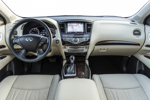 Hệ thống giải trí của Infiniti QX60 khá cao cấp với dàn âm thanh BOSE® Cao cấp với 13 loa, AM/FM/CD/DVD với khả năng chơi nhạc MP3, hệ thống Dữ liệu Radio (RDS) và tính năng điều khiển âm lượng cảm biến theo tốc độ, bộ nhớ của xe với 9Gb để lưu trữ âm nhạc. Màn trình cảm ứng trung tâm có kích thước 8 inch sắc nét và dễ sử dụng.