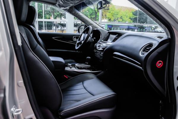 Nội thất da đen giúp không gian rộng rãi trong xe lập tức trở nên ấm cúng và nhẹ nhàng hơn. Không như nhiều mẫu xe sang khác với nhiều trang bị thừa thải, vẻ sang trọng của QX60 tỏ ra vừa đủ đáp ứng.