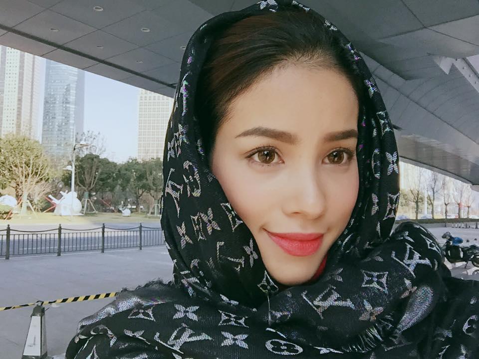 """Sở hữu gương mặt """"không góc chết"""", nụ cười tỏa sáng và khả năng biểu cảm đa dạng, Phạm Hương được mệnh danh là """"nữ hoàng selfie"""" của showbiz Việt."""