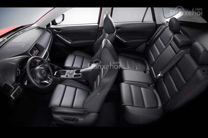Tiến vào bên trong, khoang cabin của CX-5 2016 đã được các kĩ sư thiết kế lại đôi chút giúp người dùng có cảm giác thoải mái hơn mỗi khi trải nghiệm trên xe.