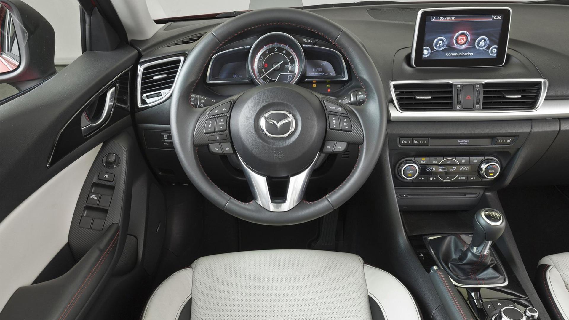 Mazda2 2016 tự hào với 4 phong cách nội thất hoàn toàn khác biệt bao gồm chất liệu vải xám nhạt cho cấp độ cơ bản và chất liệu da cao cấp với 3 màu kem, đỏ và màu đen cho ghế ngồi. Đây cũng là điểm mới mà ở những thế hệ trước chưa từng được xuất hiện.