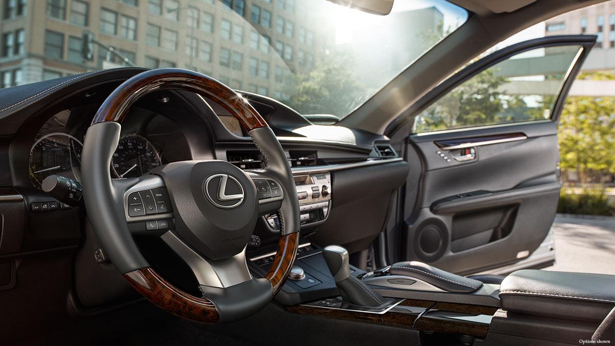 ES 350 2016 có thay đổi nhỏ ở bên ngoài, nội thất sang trọng và thêm tiện ích. Đồng thời trải nghiệm lái cũng mang đến nhiều thích thú cho người điều khiển.