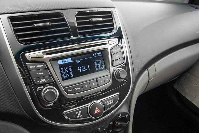 Bảng điều khiển trung tâm được thiết kế gọn với cụm đồng hồ thiết kế kiểu 3D. Táp lô siêu sáng với cụm đồng hồ được bổ sung thêm đèn chiếu sáng bắt mắt hơn và làm không gian trong xe thêm sang trọng.