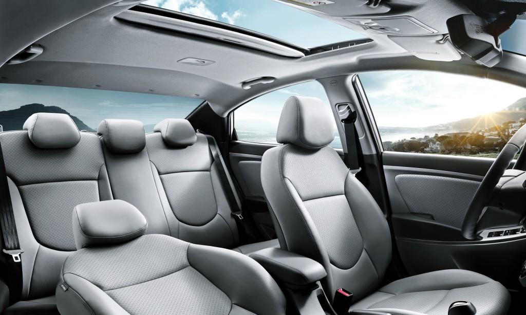 Mặc dù nằm trong phân khúc sedan cỡ nhỏ nhưng Hyundai Accent sedan 2016 lại rộng rãi hơn các mẫu xe bình thường khác. Khu vực phía sau có không gian đủ để cung cấp chỗ ngồi và chỗ để chân thoải mái cho 3 người lớn.