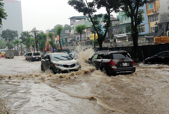 Mẹo lái xe hơi an toàn khi đường ngập lụt