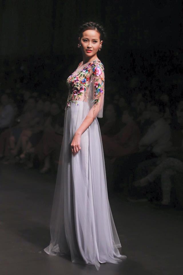 """Khánh Ngân cũng tham dự một vài cuộc thi hoa hậu trước đó, nhưng ở sân chơi người mẫu, kĩ năng, kinh nghiệm, cách tạo dáng thì có thể nói cô nàng vẫn cần có một sự """"bùng nổ"""" quyết liệt hơn nữa mới tạo được điểm nhấn với khán giả."""