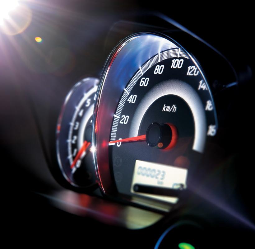 Cụm đồng hồ trung tâm thiết kế mới với độ tương phản cao. Đèn báo tiết kiệm nhiên liệu ECO được trang bị thêm cho Mirage giúp người lái chủ động điều chỉnh cách lái tối ưu nhiên liệu.