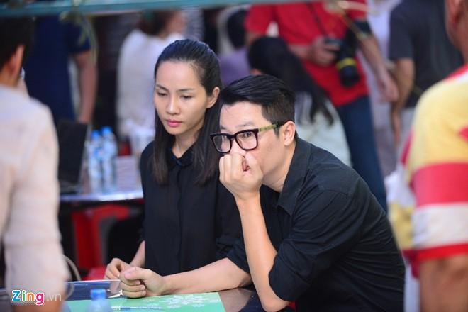 Vợ chồng Hoàng Bách đến viếng người anh trong nghề. Cựu thành viên nhóm nhạc AC&M bần thần trước sự ra đi của Minh Thuận. Ảnh: Zing.vn.