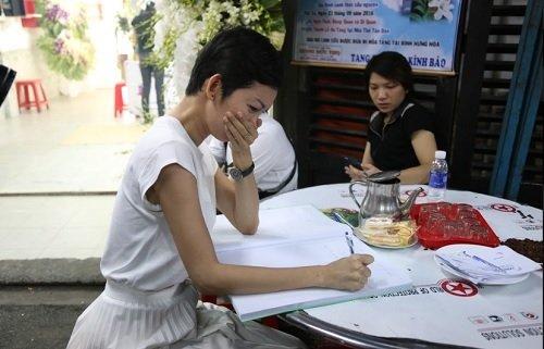 Siêu mẫu Xuân Lan khóc không ngừng khi viết những dòng tiễn biệt trên sổ tang. Cô và Minh Thuận là đồng nghiệp gắn bó với nhau nhiều năm từ thuở mới vào nghề. Ảnh: Vietnamnet.