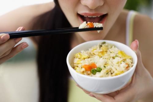 Những thói quen nguy hiểm 'chết người' khi ăn cơm - ảnh 4