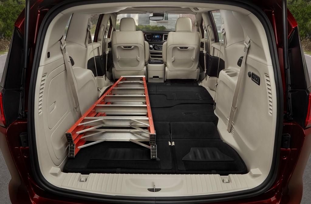 5. Đứng ở vị trí thứ năm là Chrysler Pacifica 2017. Chiếc xe này được thiết kế nội thất với nhiều chỗ để đồ thông minh và chất liệu cao cấp.