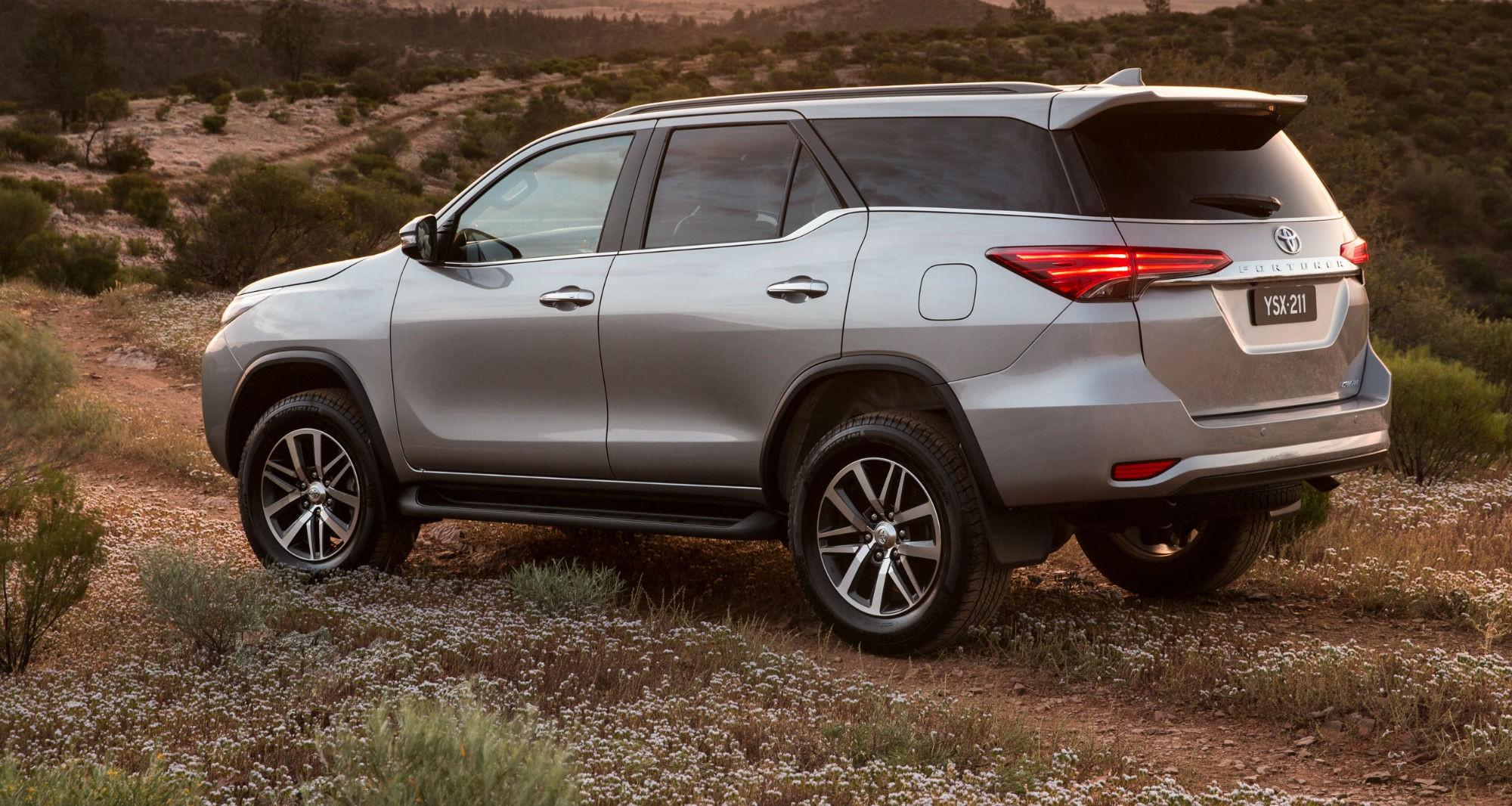 3. Đứng ở vị trí thứ ba là Toyota Fortuner với số lượng xe được bán ra là 1.216 xe. Chiếc xe này có giá bán trên thị trường dao động từ 947 – 1.233 triệu đồng/chiếc.