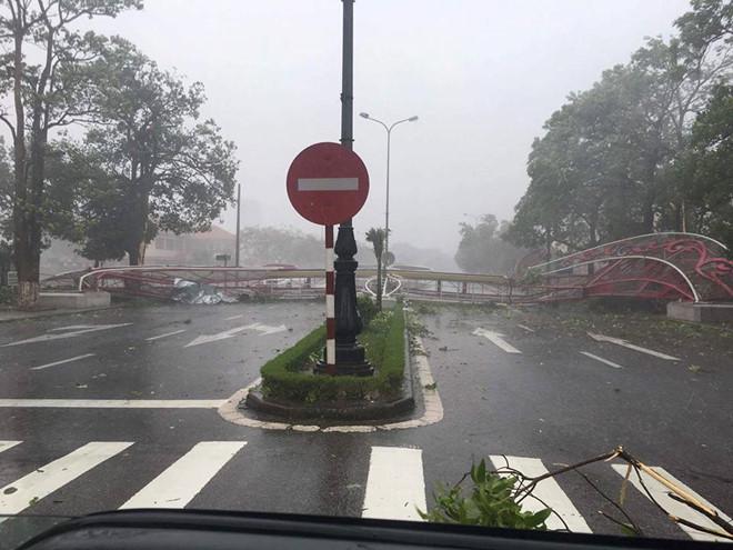 Tin bão số 10: 'Chạy đua' ứng phó siêu bão mạnh nhất 10 năm qua