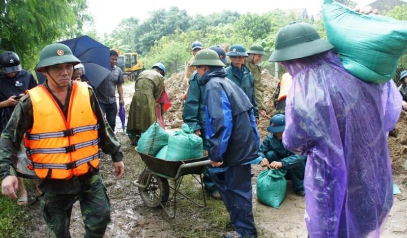 Hơn 500 người cứu đê sông Vinh có nguy cơ vỡ